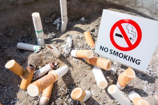 Nichtraucherzeichen in der zigarettenschale.