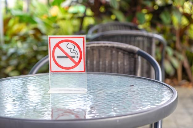Nichtraucherzeichen in einem café und im park