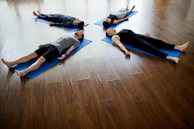 Nickerchen am ende der yoga-praxis
