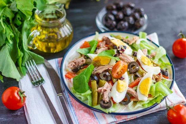 Nicoise-salat mit thunfisch, grünen bohnen, basilikum und frischem gemüse
