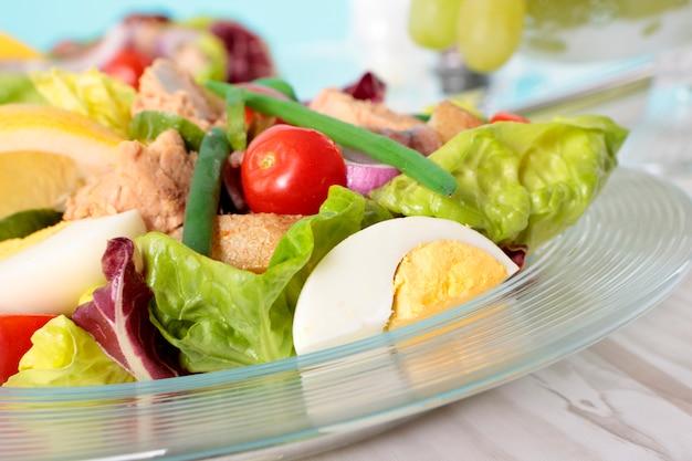Nicoise salat mit thunfisch und gemüse nahaufnahme