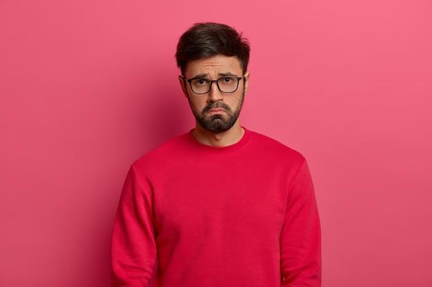 Niedergeschlagener trauriger mann mit dickem bart, hat unglücklichen tag