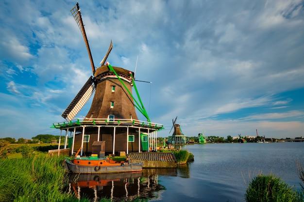 Niederländische ländliche landschaft - windmühlen an der berühmten touristenattraktion zaanse schans in holland. zaandam, niederlande