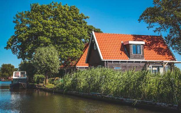 Niederländische landschaft in der sommerzeit