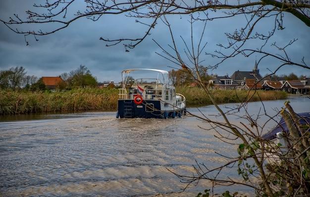 Niederländische landschaft mit wasserkanälen