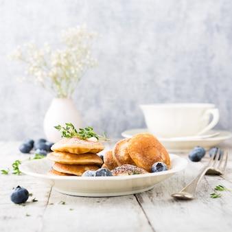 Niederländische minipfannkuchen genannt poffertjes