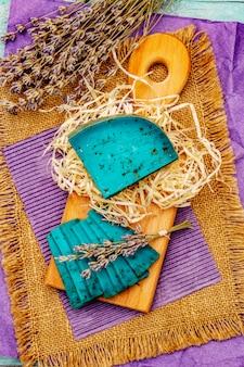 Niederländischer blauschimmelkäse mit lavendel auf türkisfarbenem holzhintergrund