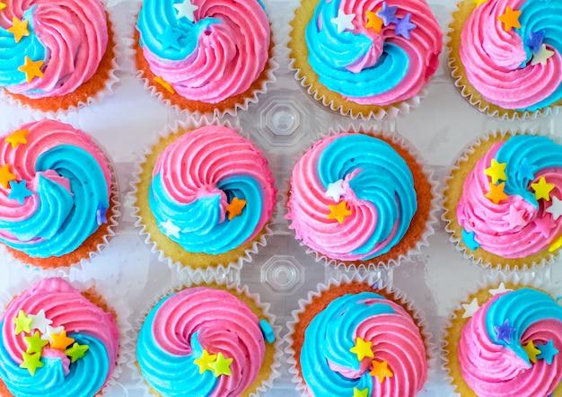 Niedliche einhorn-kleine kuchen für kindergeburtstagsfeier