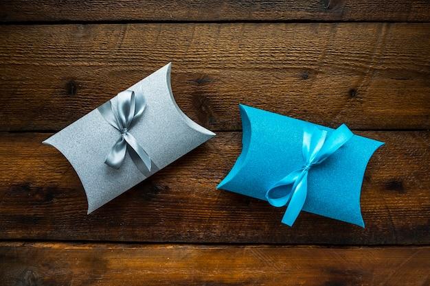 Niedliche minimalistische geschenke mit bändern