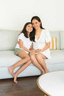 Niedliche mütter und tochter zeigen zuneigung zueinander