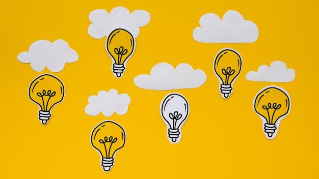 Niedliche silberne und goldene glühlampen mit wolken