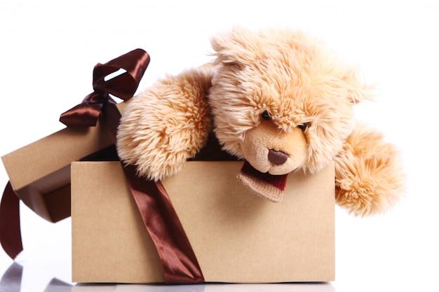 Niedlicher teddybär in der geschenkbox