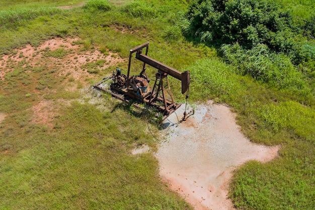 Niedrige ansicht eines funktionierenden ölpumpenhebers, der an einem sonnigen tag rohöl in oklahoma usa pumpt?
