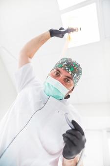 Niedrige schnittansicht eines männlichen zahnarztes