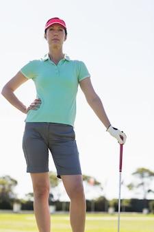 Niedrige winkelansicht der golferin
