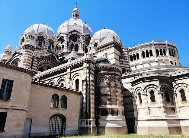 Niedrige winkelansicht der kathedrale von marseille unter dem sonnenlicht und einem blauen himmel in frankreich