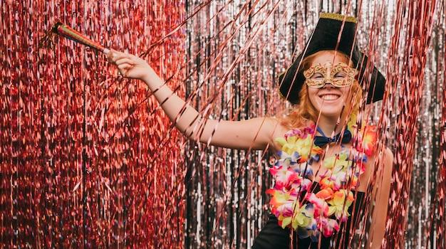 Niedrige winkelfrau im kostüm an der karnevalsparty