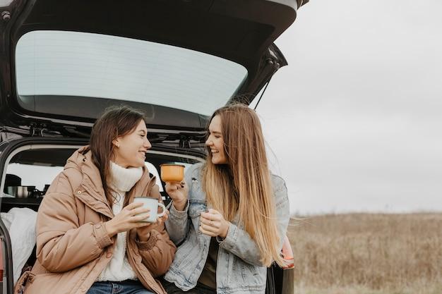 Niedrige winkelfrauen, die heißen tee trinken