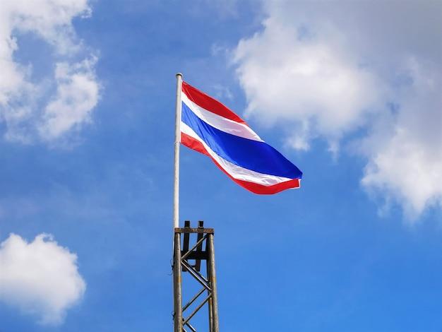 Niedrige winkelsicht der gewellten thailändischen staatsflagge
