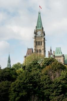 Niedrige winkelsicht des friedensturms, parlamentsgebäude, parlaments-hügel, ottawa, ontario, kanada