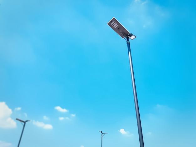 Niedrige winkelsicht des straßenbeleuchtungs-beitrags gegen blauen himmel