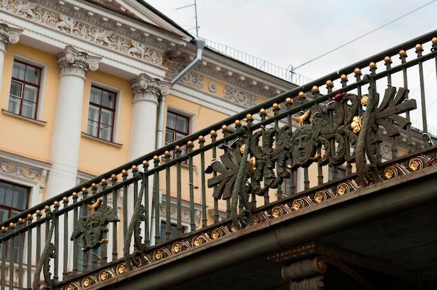 Niedrige winkelsicht einer brücke über fontanka-fluss, st petersburg, russland