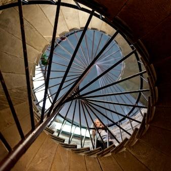 Niedrige winkelsicht einer frau, die auf wendeltreppe der heilig-isaacs kathedrale, quadrat st. isaacs, st petersburg, russland steht
