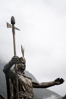Niedrige winkelsicht einer statue von pachacuti, aguas calientes, urubamba-provinz, cusco-region, peru
