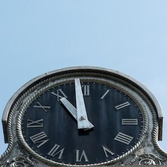Niedrige winkelsicht einer straßenuhr, central park, manhattan, new york city, staat new york, usa
