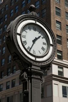 Niedrige winkelsicht einer straßenuhr, manhattan, new york city, staat new york, usa