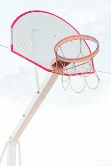 Niedrige winkelsicht eines basketballkorbs an draußen