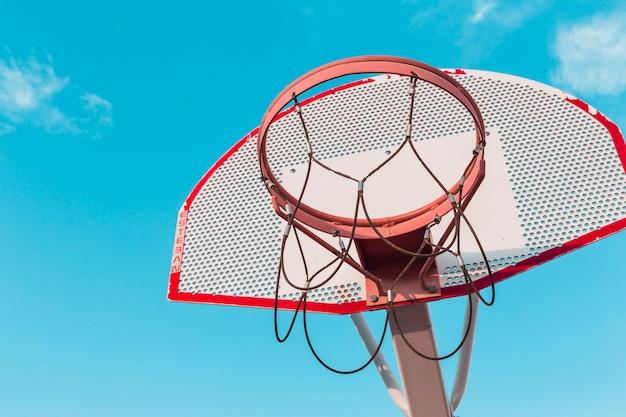 Niedrige winkelsicht eines basketballkorbs
