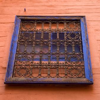 Niedrige winkelsicht eines fensters, riad dixneuf la ksour, marrakesch, marokko