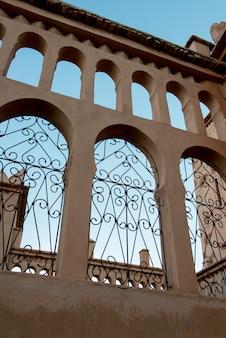 Niedrige winkelsicht eines hotels, kasbah ellouze, ouarzazate, marokko