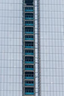 Niedrige winkelsicht eines modernen bürohauses, manhattan, new york city, staat new york, usa