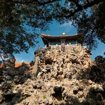 Niedrige winkelsicht eines pavillions auf einer klippe am kaisergarten, verbotene stadt, peking, china