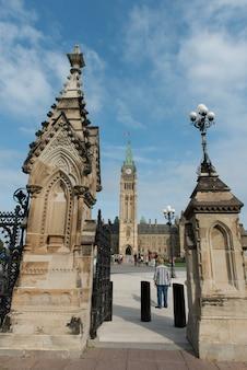 Niedrige winkelsicht von eingangstoren zum parlamentsgebäude, parlaments-hügel, ottawa, ontario, kanada