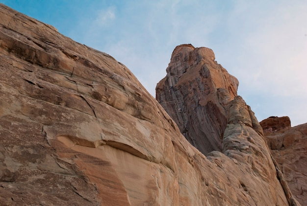 Niedrige winkelsicht von felsformationen, amangiri, canyon point, hoodoo-spur, utah, usa