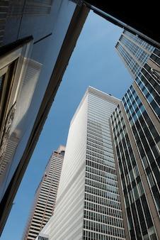 Niedrige winkelsicht von gebäuden, manhattan, new york city, staat new york, usa