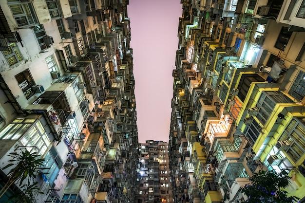Niedrige winkelsicht von gedrängten wohntürmen in der alten gemeinschaft in der steinbruch-bucht, hong kong. szenerie überfüllter, enger wohnungen, ein phänomen von hoher wohndichte und blues in hongkong