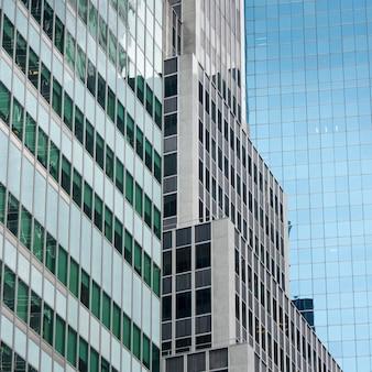 Niedrige winkelsicht von modernen gebäuden, manhattan, new york city, staat new york, usa