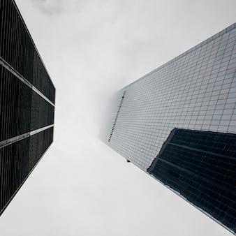 Niedrige winkelsicht von modernen wolkenkratzern, manhattan, new york city, staat new york, usa