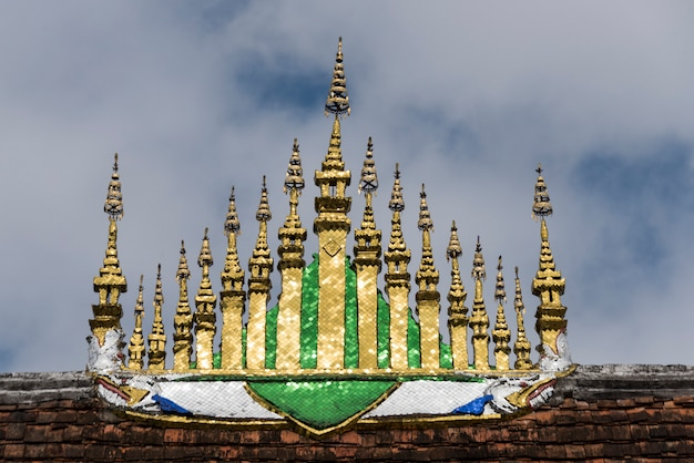 Niedrige winkelsicht von wat xieng thong-tempel, luang prabang, laos