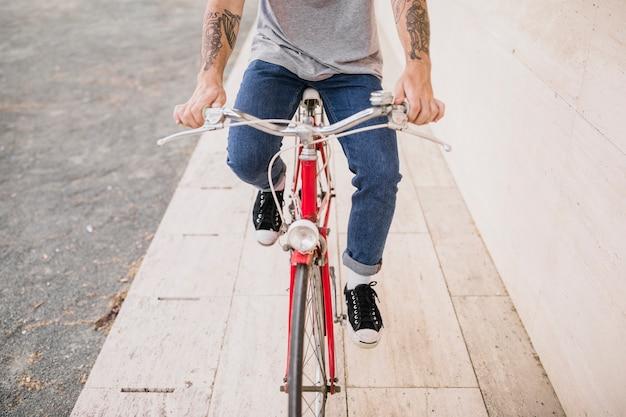 Niedriger abschnitt einer person, die fahrrad fährt