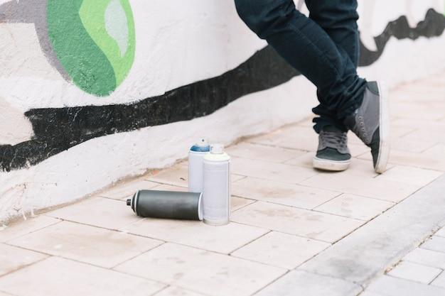 Niedriger abschnitt einer person, die nahe dem aerosolspray steht