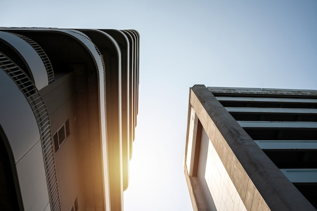 Niedriger blickwinkel auf moderne geschäftswolkenkratzer in der stadt.