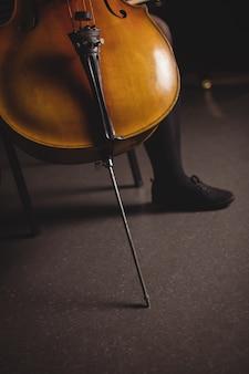 Niedriger teil der studentin mit kontrabass