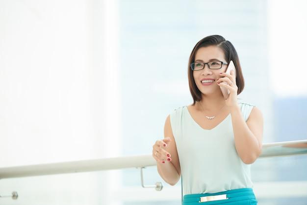 Niedriger winkel der geschäftsfrau sprechend am telefon