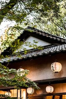 Niedriger winkel der japanischen struktur mit laternen
