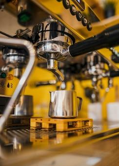 Niedriger winkel der kaffeemaschine vom geschäft